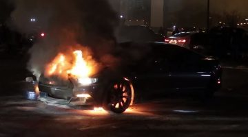 Ford Mustang GT vliegt in brand na donuts