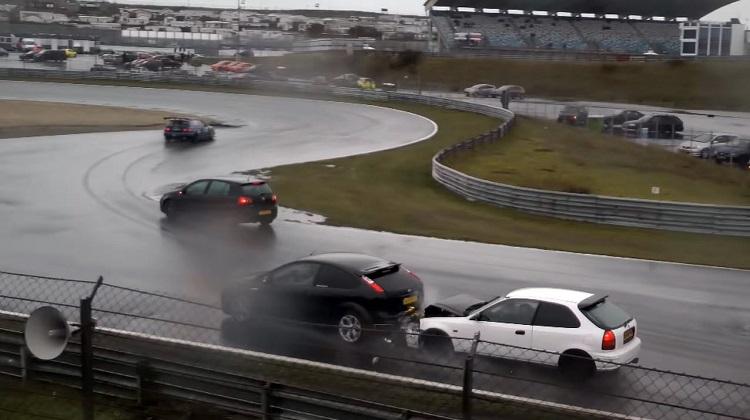 Honda Civic boort zich achterin Ford Focus ST op Circuit Zandvoort