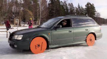 Kan een Subaru Legacy rijden met zaagbladen als wielen.