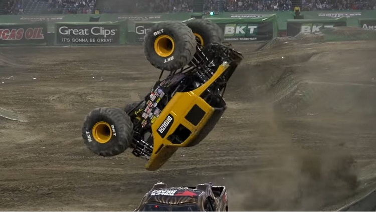 Monster Truck doet perfecte dubbele backflip