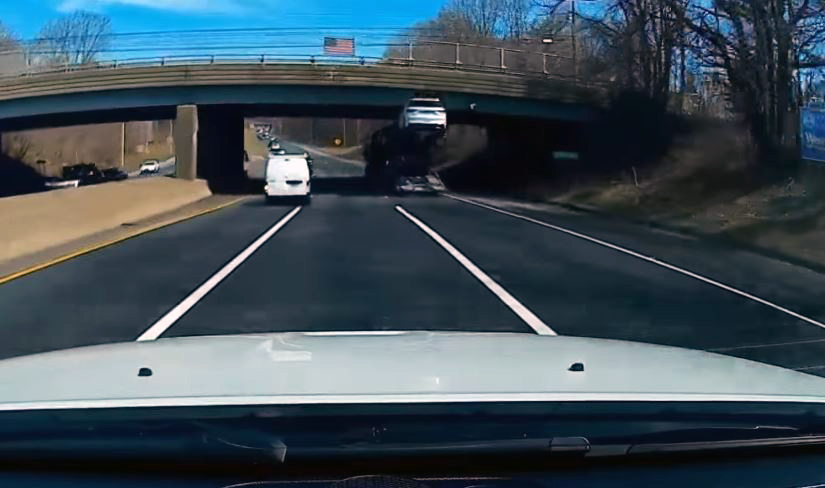 Suv op autotransporter raakt viaduct