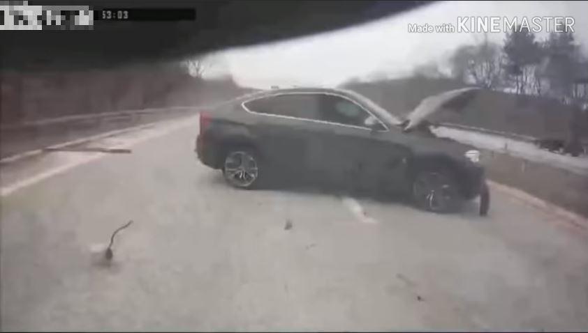 BMW X6 botst bovenop hulpvoertuig