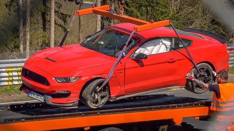 Ford Mustang Shelby GT350 kust de vangrail in YoutTube-corner