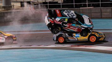 Hyundai i20 beklimt Renault Megane tijdens FIA World Rallycross