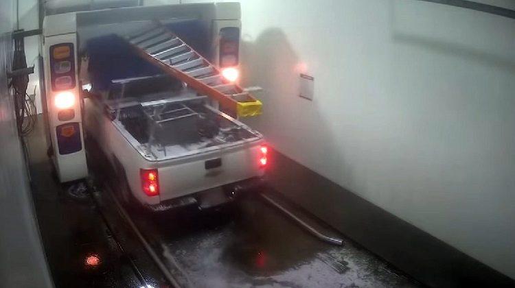 Man rijdt Pickup Truck met ladder door wasstraat