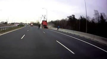 Vrachtwagen rijdt in op stilstaand voertuig