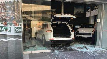 Boze man rijdt Cayenne door geven Porsche dealer