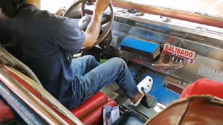 Deze bestuurder schakelt met zijn rechtervoet
