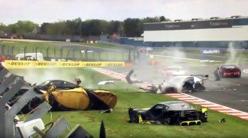 Ginetta GT4-coureur overleeft afschuwelijke crash