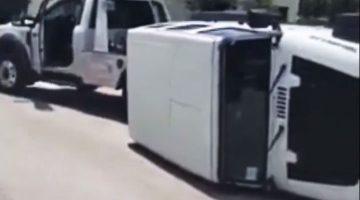 Jeep Wrangler valt van takelwagen
