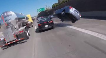 KIA-bestuurder denkt tussen twee auto's door te kunnen