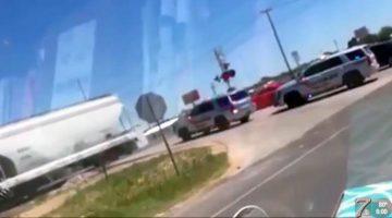 Politieauto geraakt door trein