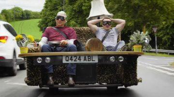 Edd China heeft een rijdende Sofa die 150 kmh kan