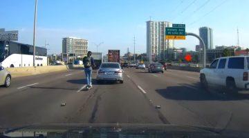 Amerikaan zoeft met elektrische scooter over snelweg