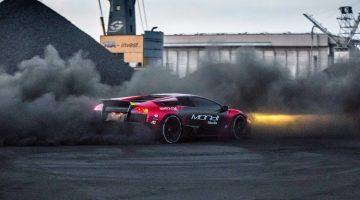 Lamborghini Murciélago doet donuts