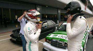Lewis Hamilton en Toto Wolff spelen met Mercedes 190 Evo 2's
