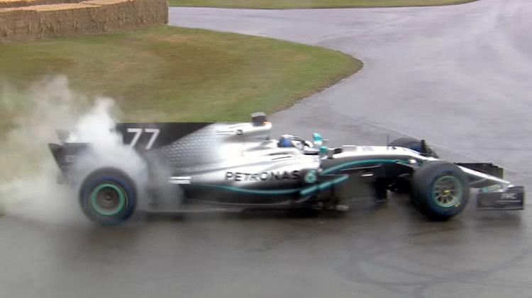 Valtteri Bottas stookt achterbanden op met de Mercedes F1 WO8