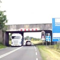 Vrachtwagen knalt tegen viaduct N242