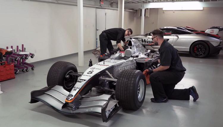Zie hoe een 2004 McLaren MP4-19B gepoetst wordt