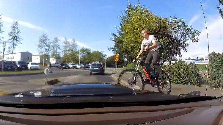 Mountainbiker springt voor auto