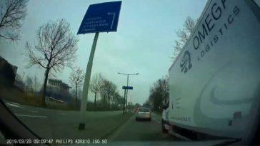 Chauffeur Omega Logistics duwt hem er gewoon tussen