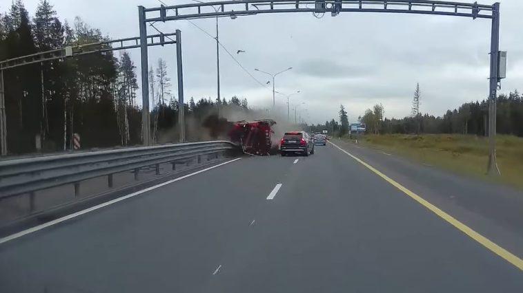 Kiepwagen breekt door middenberm in Rusland