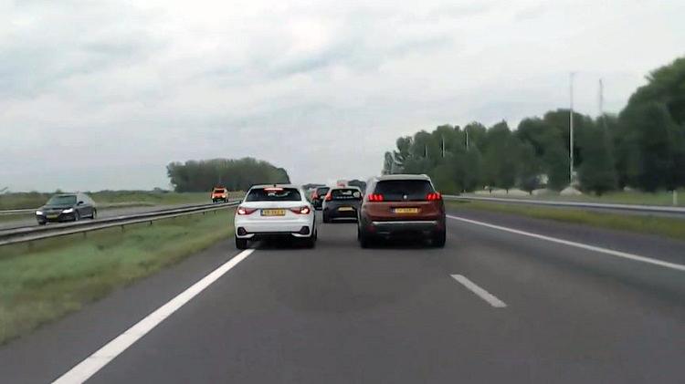 Peugeot-bestuurder eist plekje op de linkerbaan