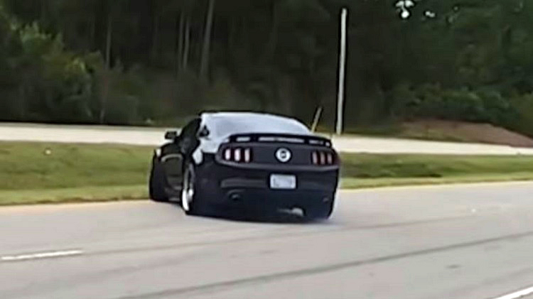 Ford Mustang op zijn dak na meeting