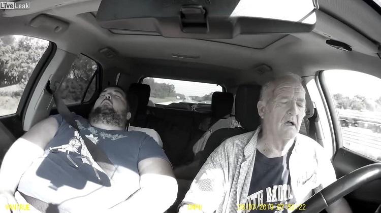Ouwe man valt in slaap achter stuur