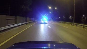 Audi RS4 speelt met politie
