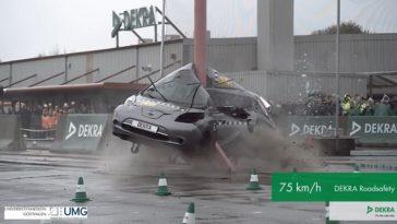 DEKRA vouwt Nissan Leaf om een paal