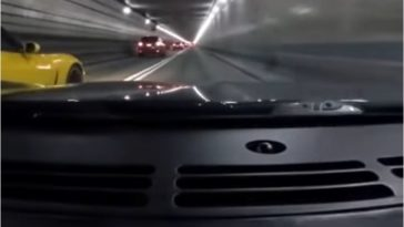 Vader en zoon crashen Corvettes