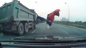 Afdekzeil vliegt van vrachtwagen