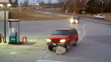 Ford-bestuurder ziet enorme rots over het hoofd