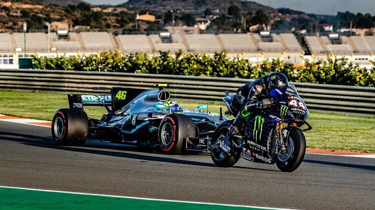 Hamilton en Rossi wisselen van Formula 1-auto en MotoGP-fiets