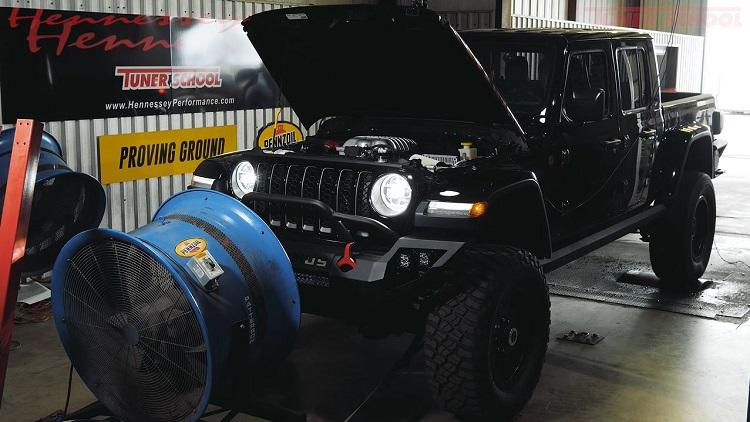 Hennessey Jeep Maximus jankt op de rollenbank