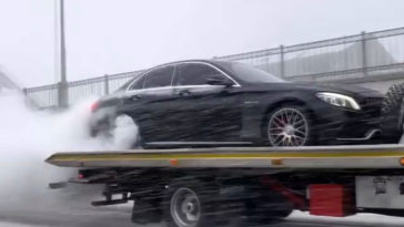 Mercedes-AMG C63 S doet burnout achterop oprijwagen