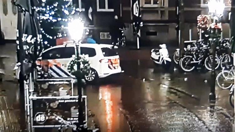 Politie Venlo ramt lantaarnpaal uit de grond