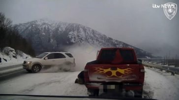KIA drift langs gestrande Ford Pickup truck