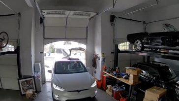 Moeder-sloopt-deur-van-Tesla-Model-X