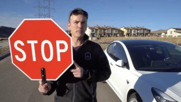 Stopt-de-Tesla-voor-een-STOP-bord