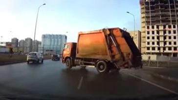 Vuilniswagen voegt op hoge snelheid in