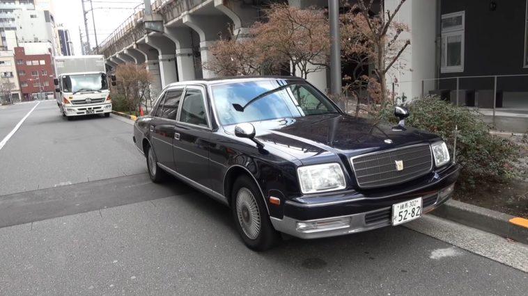 Toyota Century met Brilliant Exhaust