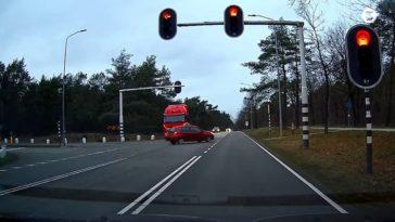 Vrachtwagenchauffeur knalt door rood licht