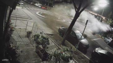 Vrouw in BMW M4 gebruikt rotonde als schans
