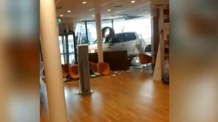 Man rijdt gemeentehuis van Nijkerk binnen