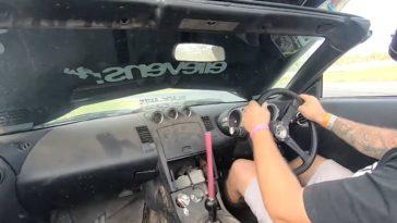 Nissan 350Z Drifter toont hoe een motorkap te sluiten