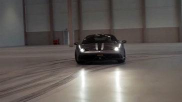 Driften met een Ferrari 458 Speciale in een lege hal