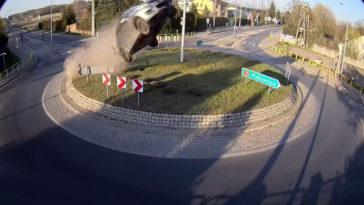 Suzuki Swift knalt in volle vaart over rotonde