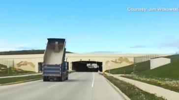 Chauffeur rijdt met laadbak omhoog richting tunnel